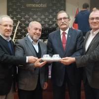 Mustafa Toka, Ecz. Selçuk Arslan ve Dr. Oktay Taşolar birlikte Döviz Toptancısı Şahin Baysal'a hediyesini takdim ederken