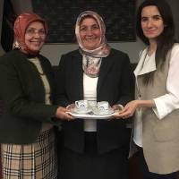 Rahmetli Dr. M. Şefik Postalcıoğlu'nun eşi Zeynep Postalcıoğlu'na, Ressam Vildan Çağlar ve Çevre Yüksek Mühendisi Banu Çevikel tarafından platform hediyesi takdim edilirken
