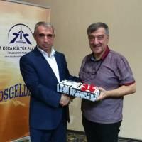Esener Maçil, İstanbul Vali Yardımcılığına atanan Dr. Hasan Hüseyin Can'a teşekkür ederek hediyesini takdim ederken