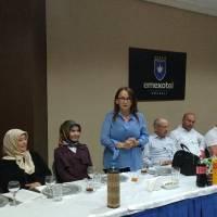 Eğitimci Zehra Genç, Dr. Hasan Hüseyin Can'a tebrik ve teşekkürlerini sunarken