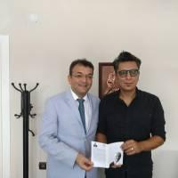Hasan Uzunhasanoğlu, Demokrat Kocaeli Gazetesi Sorumlu Yazı İşleri Müdürü Mevlüt Soysal'a, Dr. Nuri Çağlar'a vefa toplantısı davetiyesini takdim ederken