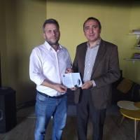 Dr. Yunus Özen, Kocaeli tv Editörü Kazım Aydın'a Dr. Nuri Çağlar'a vefa toplantısı davetiyesini takdim ederken