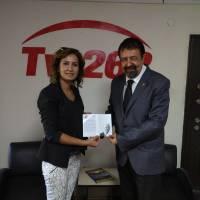 Ayşegül Karakadılar, Haber 262 Genel Yayın Yönetmeni Orhan Balcı'ya, Dr. Nuri Çağlar'a vefa toplantısı davetiyesini takdim ederken