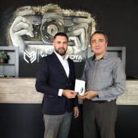 Dr. Yunus Özen, Kocaeli Fikir Gazetesi İmtiyaz Sahibi Yakup Üstün'e, Dr. Nuri Çağlar'a vefa toplantısı davetiyesini takdim ederken