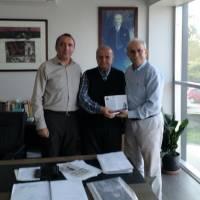 Ahsen Okyar ve Yunus Özen,  Kocaeli Gazetesi yazarı Tanzer Ünal'a, Dr. Nuri Çağlar'a vefa toplantısı davetiyesini takdim ederken