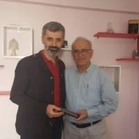 Ahsen Okyar, EN Kocaeli Gazetesi Genel Yayın Yönetmeni Engin Şahin'e Platform hediyesini takdim ederken