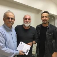 Ahsen Okyar ve Çağrı Baykara, Global Medya Editörü  Güngör Arslan'a,  Dr. Nuri Çağlar'a vefa toplantısı davetiyesini takdim ederken