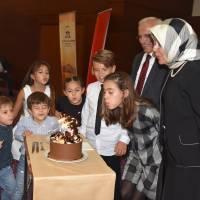 Amatör Ressam Emine Vildan Çağlar, yaş günü pastasını kesmek üzere torunları ile birlikte