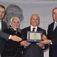 Platform Başkanı Hasan Uzunhasanoğlu, Dr. Alaattin Büyükkaya ve Ahsen Okyar birlikte, Çağlar çiftine Plaket takdim ederken
