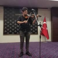 Yahya Kaptan Anadolu Lisesi 9.sınıf öğrencisi Ahmet Efe Küçük keman dinletisini sunarken