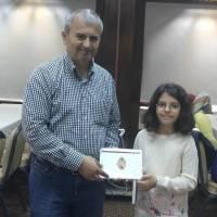 Dr. Hasan Dermenci Elif Gülce Taşolar'a hediyesini verirken birlikte