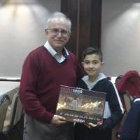 Ahsen Okyar Ayberk Kocagöz'e doğum günü hediyesini verirken birlikte