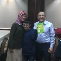 Dr. Ayşe Zeynep Turan, Bekir Civraz birlikte Mehmet Yusuf Taşolar'a hediyesini verirken