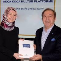 Yönetim Kurulu üyesi Dr. Ayşe Zeynep Turan, Platformun ilk kitabını Prof. Dr. Aziz Akgül'e takdim ederken