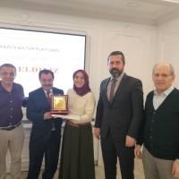 Şükrü Bayram, Necati Pilavcı, Harun Reşit Kocagöz ve Mustafa Toka, birlikte Kamu Hukukunda Doktor ünvanı alan Nurhan Yaprak'a tebrik ve başarı plaketini takdim ederken