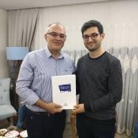 Dr. Oktay Taşolar, Makine Müh. Arif Yavuz'a kitap takdim ederken
