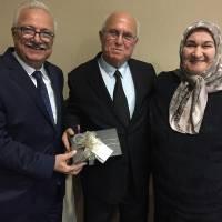 İGSAŞ Genel Müdür'ü Turan Tok Bakım Onarım Müdürlüğünden emekliye ayrılan Mehmet Uysal'a hediyesini takdim ederken