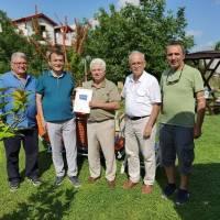Abdullah Köktürk, Hasan Uzunhasanoğlu, Ahsen Okyar ve Dr. Yunus Özen, Yeminli Mali Müşavir Recep Alp'e Platformun ilk kitabını takdim ederken
