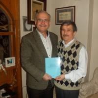 Av. Zeki Hacıibrahimoğlu son hazırladığı kitabını imzalayıp Ahsen Okyar'a diş kirası olarak takdim ederken