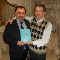 Av. Zeki Hacıibrahimoğlu son hazırladığı kitabını imzalayıp Necati Pilavcı'ya diş kirası olarak takdim ederken