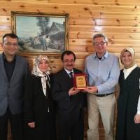 Akça Koca Kültür Platformu  Başkanı Hasan Uzunhasanoğlu ve Dr. Ayşe Zeynep Turan birlikte, Huriye - Necati Pilavcı çiftine organizasyon için teşekkür ederek Plaket takdim ederken