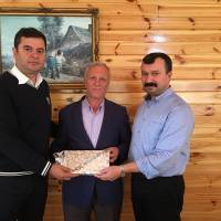 Ekonomist Cihat Kaymas ve Dr. İsmail Çapçı birlikte Taraklı Yerel Kültür Derneği Başkanı Feyzi Çakmak'a Akça Koca Platformunun ziyaret hediyesini takdim ederken