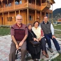 Ahsen – Nursel Okyar ve Müjgan – Dr. Alaattin Büyükkaya çifti Şavşat Kaymakamlığı Şavşat Evinin önünde