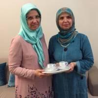 Bankacı Gül Arslan, Halime Toka'ya ziyaret anısına Platformun hediyesini takdim ederken