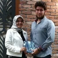 Kocaeli Üniversitesi İktisadi ve İdari Bilimler Fakültesi İşletme Bölümünü kazanan Mehmet Efe Güven'e Amatör Ressam Vildan Çağlar hediyesini takdim ederken