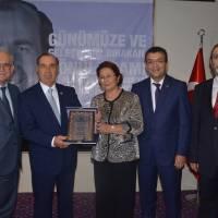 Hasan Uzunhasanoğlu, Ahsen Okyar ve Ecz. Selçuk Arslan, Dr. Alaattin Büyükkaya'ya Akça Koca Kültür Platformu'nun plaketini takdim ederken