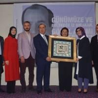Akça Koca Kültür Platformu Yönetim Kurulu üyeleri, Dr. Alaattin Büyükkaya'ya Platformun hediyesini takdim ederken