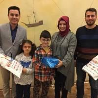 Emre Bursalıoğlu, Elvan Mut ve Orhan Kaya Başkan Mehmet Yusuf Taşolar'a hediyesi takdim ederken