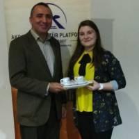 Başarılı bir sunum gerçekleştiren Ece Akdeniz'e Akça Koca Kültür Platformunun hediyesini Yalova Üniversitesi Öğretim üyesi Dr. Yunus Özen takdim etti