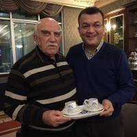 Akça Koca Kültür Platformu Başkanı Hasan Uzunhasanoğlu, eski Sanayi ve Ticaret Bakanı Ali Coşkun'a Platformun hediyesini takdim etti.