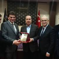 Başkan Hasan Uzunhasanoğlu, e. Avrupa Birliği Bakan Yardımcısı  Dr. Alaattin Büyükkaya ve Dr. İsmail Çapçı birlikte, Doç .Dr. Murat Yalçıntaş'a plaketini takdim ederken