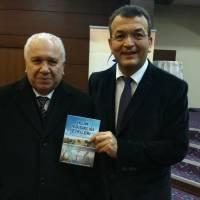 Turan Kaya, kitabını Hasan Uzunhasanoğlu'na takdim ederken