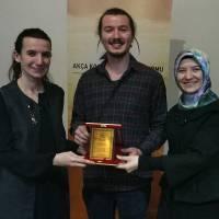 Platform Yönetim Kurulu üyeleri Çevre Yüksek Mühendisi Banu Çevikel ile Dr. Ayşe Zeynep Turan, Ertuğrul Patan'a tebrik ve teşekkür ederek plaketini takdim ederken
