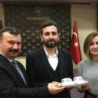 Dr. İsmail Çapçı, Dr. Fatih Mutlu, Ayşegül Karakadılar, Hasan Uzunhasanoğlu.. – Hediye takdimi